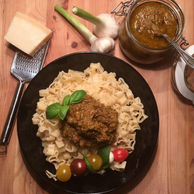 Pasta mit Pesto rosso und Parmesan