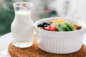 Milchkaraffe und Obst