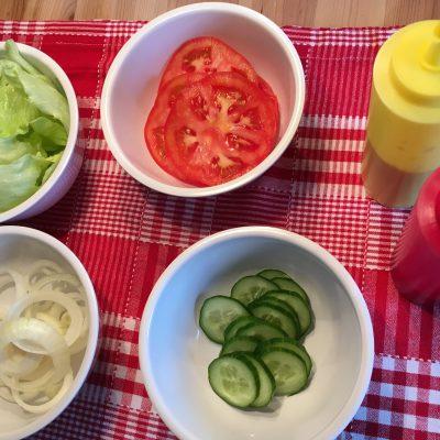 Gemüse schneiden für Hamburger
