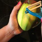 Mango-Smoothie mit Gartenkräutern