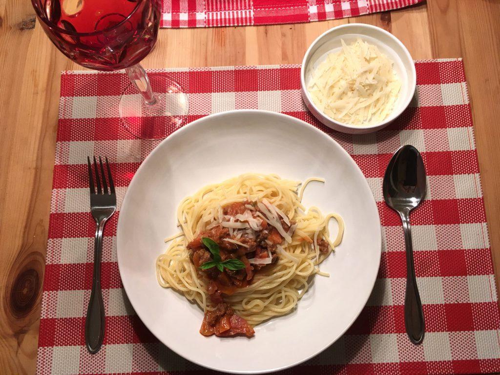 spaghetti mit ragout alla bolognese nach dem originalrezept aus italien. Black Bedroom Furniture Sets. Home Design Ideas