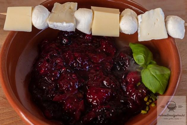 Käsespieß mit Chutney aus roten Früchten