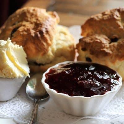 Stachelbeer-Johannisbeer-Marmelade mit Scones
