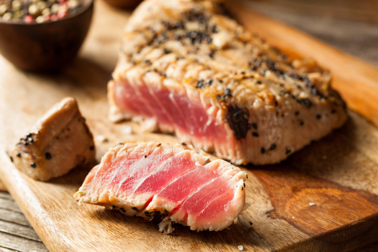 Thunfischsteak mit Sesamkruste und Gurken-Tomaten-Relish
