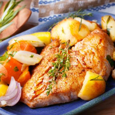 Hühnerfilet mit Röstkartoffeln und Gemüse