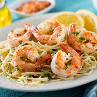 Sous Vide Shrimp Scampi auf Spaghetti mit Zitrone zur Dekoration