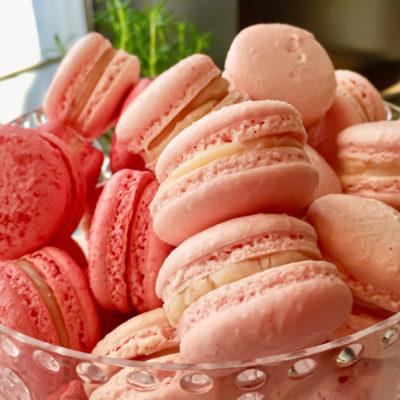 Macarons aus Erdbeeren mit cremiger Cheesecake-Füllung