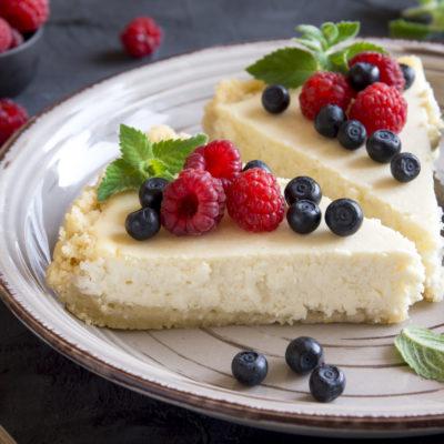 Cheesecake mit Himbeeren und Blaubeeren