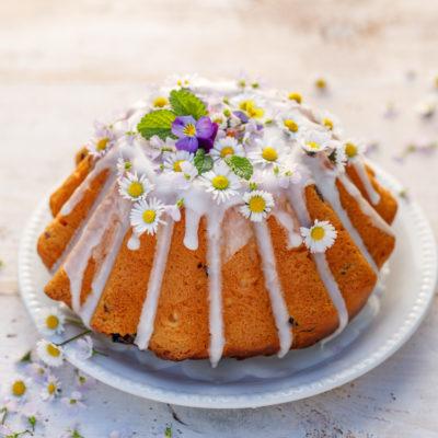 Hefekuchen mit Zuckerglasur und essbaren Blumen