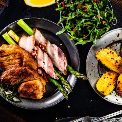 Rinderfilet mit Spargel in Bacon eingerollt und Bratkartoffeln