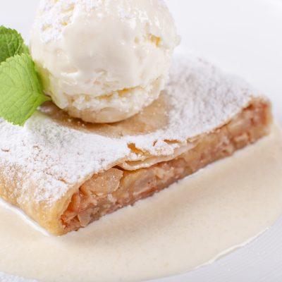 Apfelstrudel in Vanillesoße mit Eiskugel
